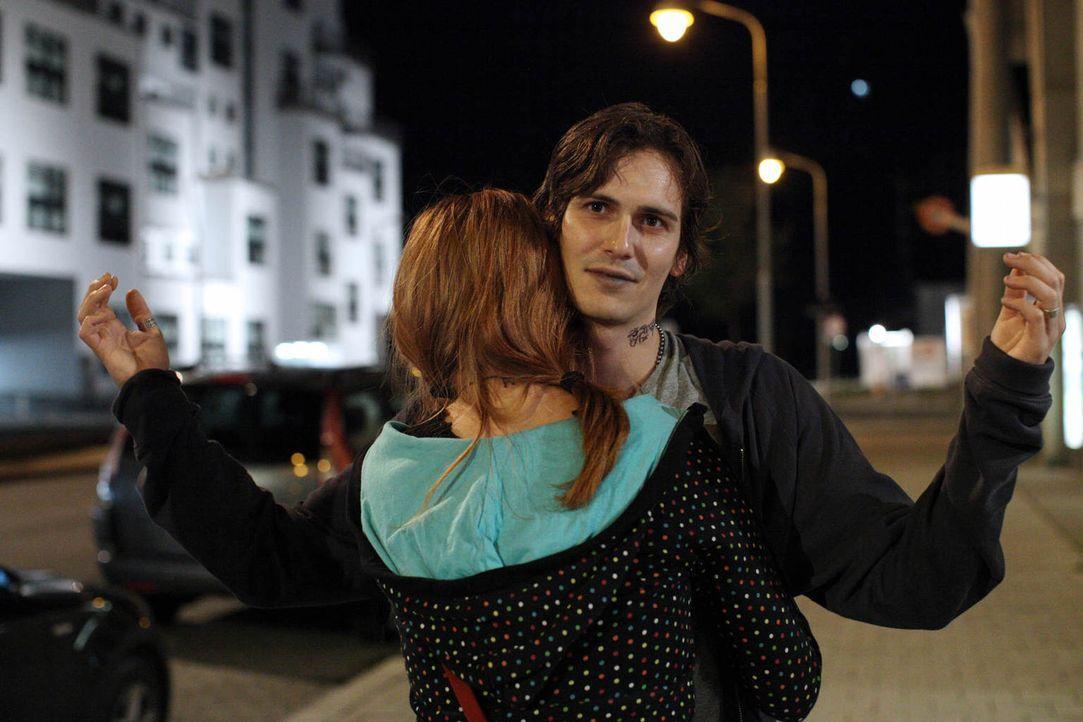 Blind vor Liebe rutscht Nadja (Nikola Rudle, l.) immer tiefer in den Drogensumpf und lässt den heroinabhängigen Robi (Christopher Scharf, r.) über i... - Bildquelle: Petro Dominigg SAT.1