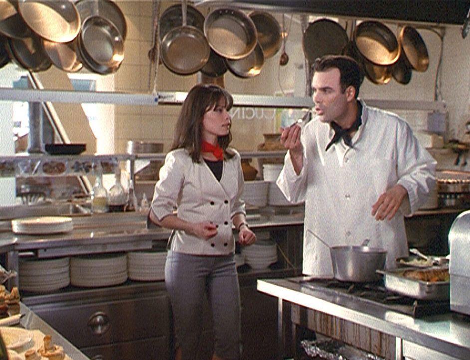 Restaurantchef Morris (Dorian Gregory, r.) führt Piper (Holly Marie Combs, l.) in die Kunst der Haute Cuisine ein ... - Bildquelle: Paramount Pictures
