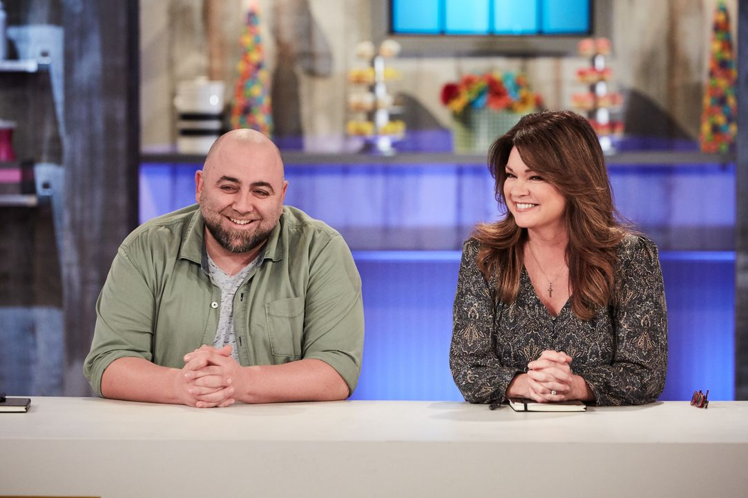 Wer von den Junior-Bäckern kann sich vor der zweiköpfigen Jury, Duff Goldman (l.) und Valerie Bertinelli (r.), beweisen? - Bildquelle: Adam Rose 2016, Television Food Network, G.P. All Rights Reserved.