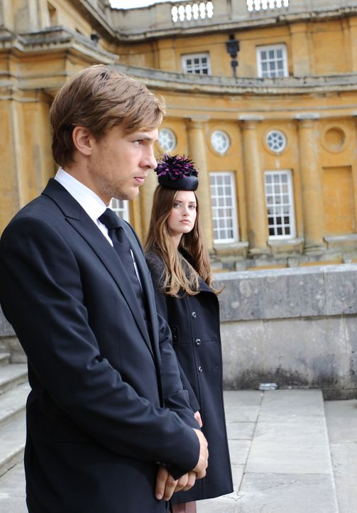 Müssen mit dem Tod ihres Bruders, Prinz Robert, zurechtkommen: Prinzessin Eleanor (Alexandra Park, r.) und Prinz Liam (William Moseley, l.) ... - Bildquelle: 2014 E! Entertainment Media LLC/Lions Gate Television Inc.