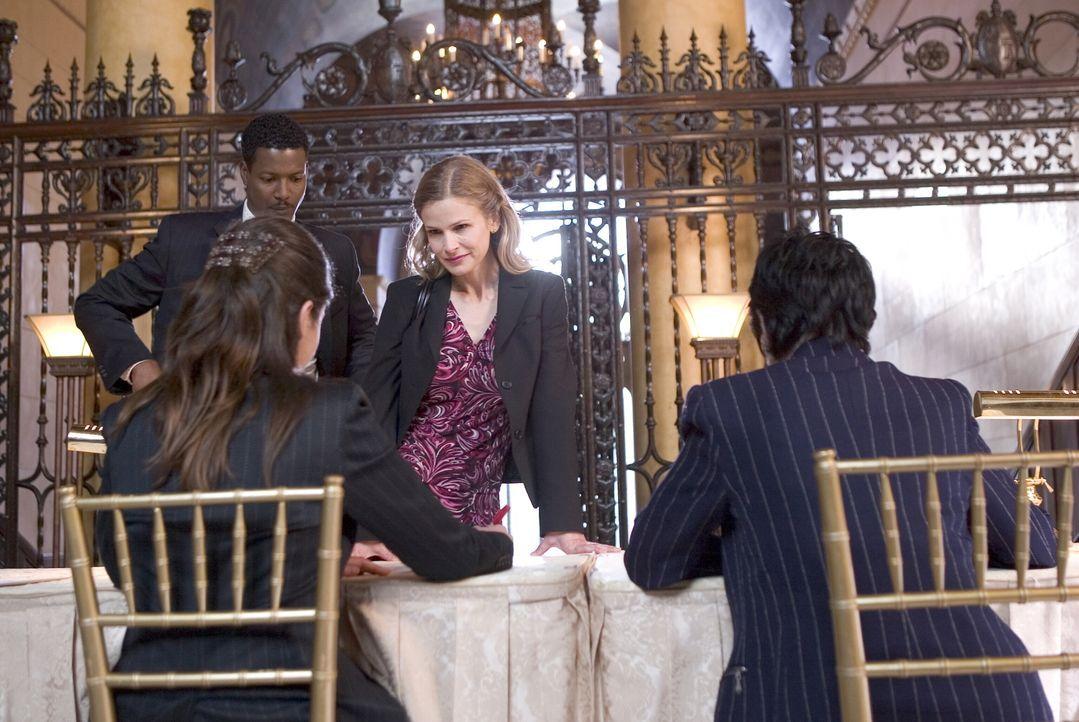 Ihr neuester Fall stellt sich als komplizierter heraus, als zuerst gedacht: Brenda (Kyra Sedgwick, M.) und Sgt. Gabriel (Cory Reynolds, hinten l.)... - Bildquelle: Warner Brothers Inc.