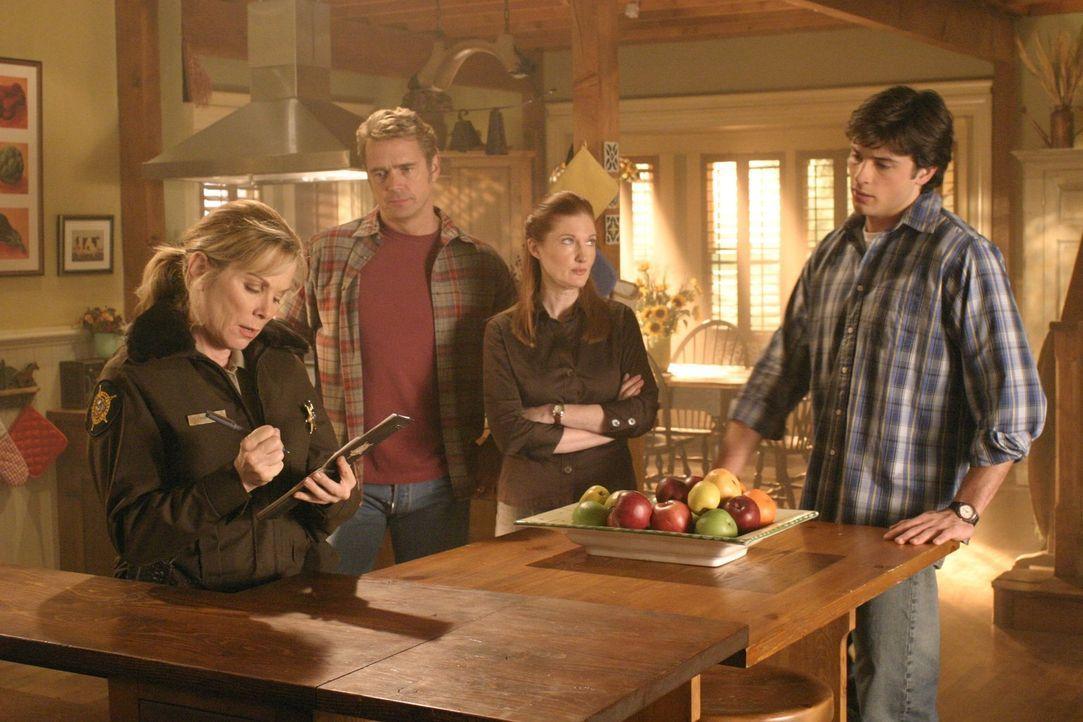 Nachdem Lana und Jason von einer unsichtbaren Person angegriffen werden, ist für Jonathan (John Schneider, 2.v.l.), Martha (Annette O'Tolle, 2.v.r.)... - Bildquelle: Warner Bros.