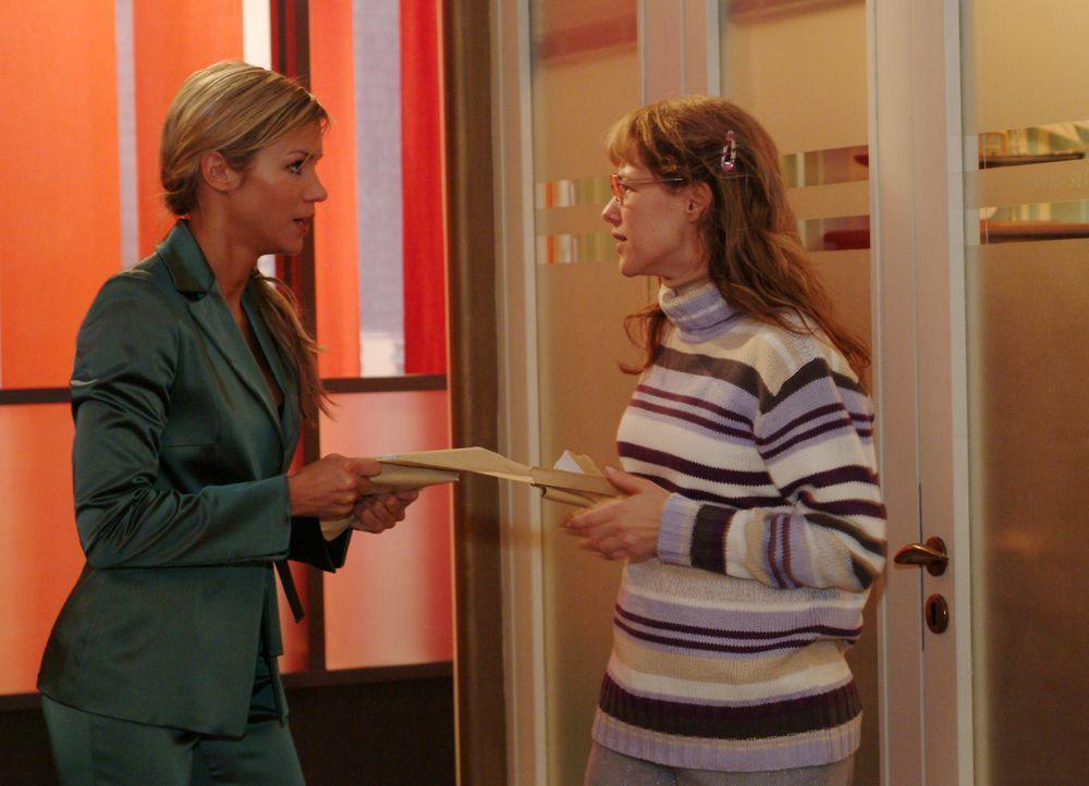 Lisa (Alexandra Neldel, r.) fordert von Sabrina (Nina-Friederike Gnädig, l.) die Post für David zurück und versucht ihr klar zu machen, dass sie auc... - Bildquelle: Monika Schürle SAT.1 / Monika Schürle