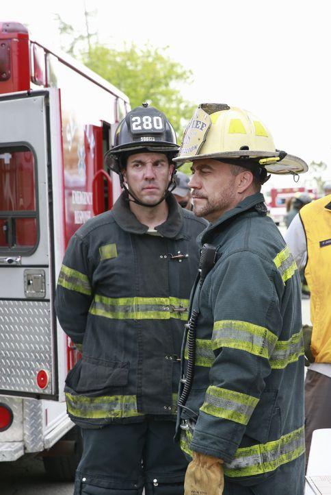 Kämpfen um das Leben der Verletzten: Hal (Robert Neary, r.) und seine Kollegen ... - Bildquelle: ABC Studios