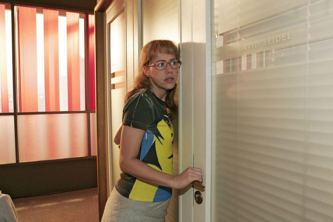 Lisa (Alexandra Neldel) fasst sich ein Herz und schreitet gen Davids Bürotür zur Tat - sie muss unbedingt mit ihrem Chef über den Karaoke-Abend spre... - Bildquelle: Noreen Flynn SAT.1 / Noreen Flynn