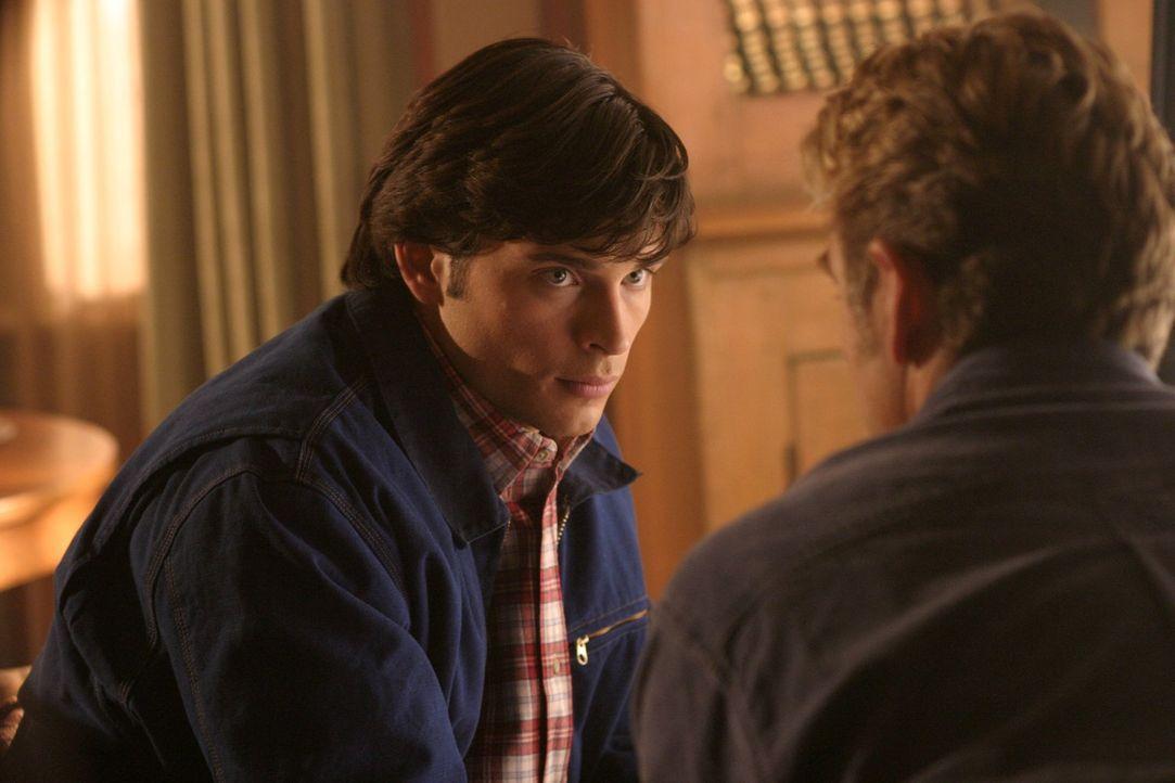 Findet Clark (Tom Welling, l.) einen Weg seinem Freund zu helfen und gleichzeitig sein Gesicht zu wahren? - Bildquelle: Warner Bros.