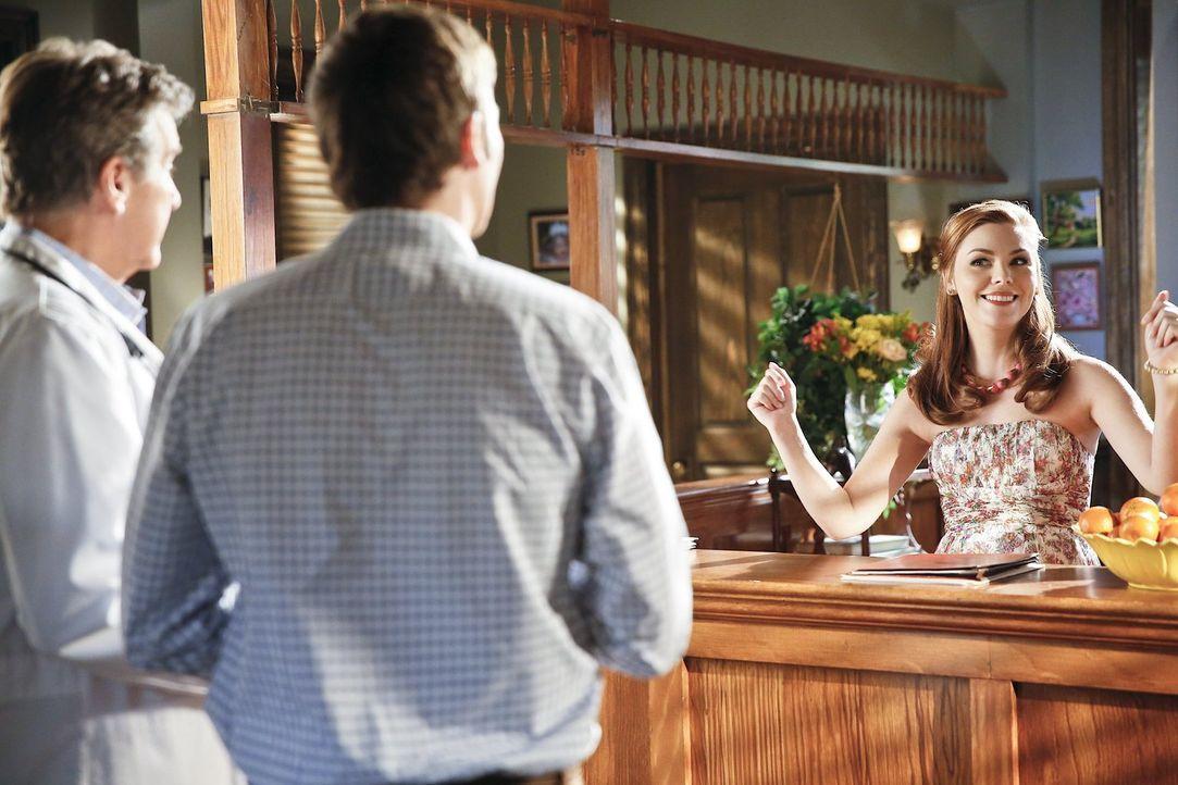 AnnaBeth (Kaitlyn Black, r.)ist genervt von einem ruhelosen Patienten (Barry Watson, M.) von Brick (Tim Matheson, l.). Doch dann erfährt sie die wah... - Bildquelle: Warner Brothers