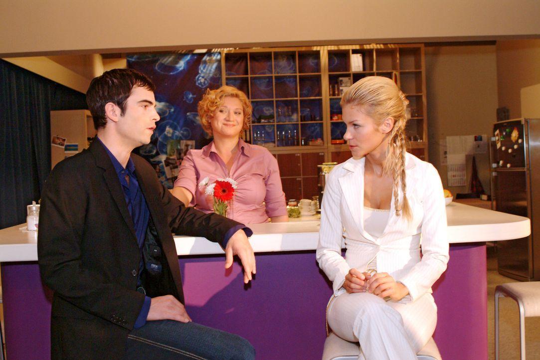 David (Mathis Künzler, l.) ergreift zu Agnes' (Susanne Szell, M.) Freude Partei für Lisa und fordert Sabrina (Nina-Friederike Gnädig, r.), die im... - Bildquelle: Sat.1