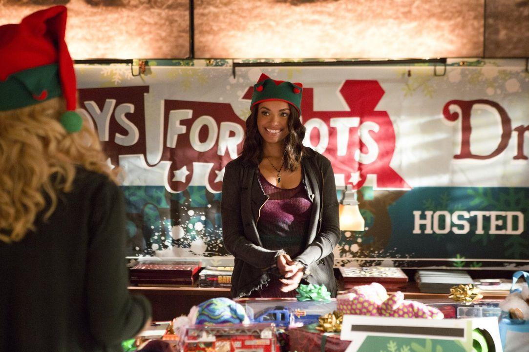 Um endlich ein wenig Weihnachtsstimmung aufkommen zu lassen, organisiert Bonnie (Kat Graham) eine Charityaktion und bekommt Hilfe aus unerwarteter R... - Bildquelle: Warner Bros. Entertainment, Inc.