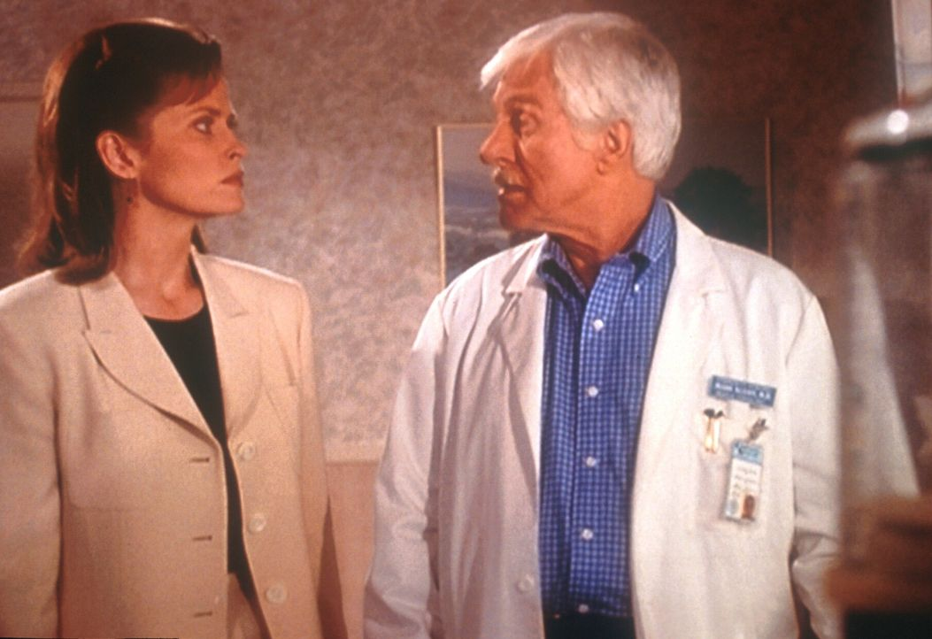 Mark Sloan (Dick Van Dyke, r.) unterhält sich mit der Anwältin Vanessa Sinclair (Mary Kay Adams, l.) über ihre Mandantin Constance, eine alte Dame,... - Bildquelle: Viacom