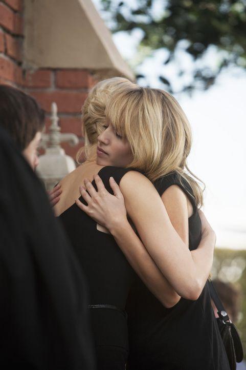 Kathleen (Josie Bissett, M.) weiß, dass Grace (Megan Park, r.) von schweren Schuldgefühlen geplagt wird und versucht ihr, diese zu nehmen ... - Bildquelle: 2009 DISNEY ENTERPRISES, INC. All rights reserved. NO ARCHIVING. NO RESALE.