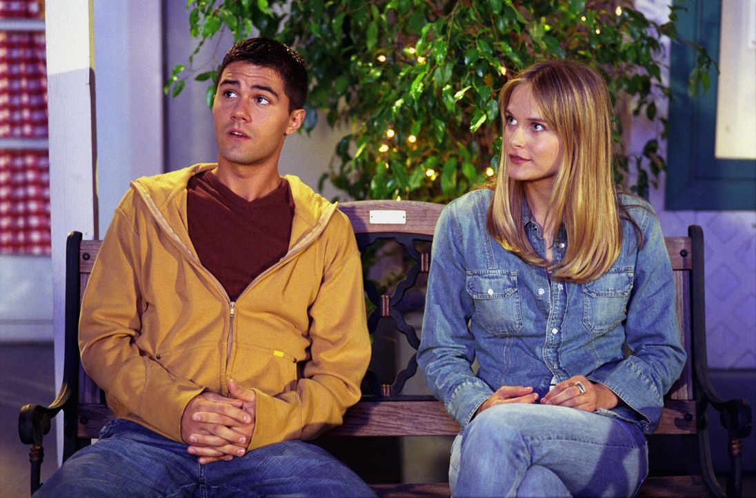Während Lucy auf Roxanne (Rachel Blanchard, r.) eifersüchtig ist, findet es Robbie (Adam LaVorgna, l.) unfair, dass Kevin anstelle von Matt den Plat... - Bildquelle: The WB Television Network