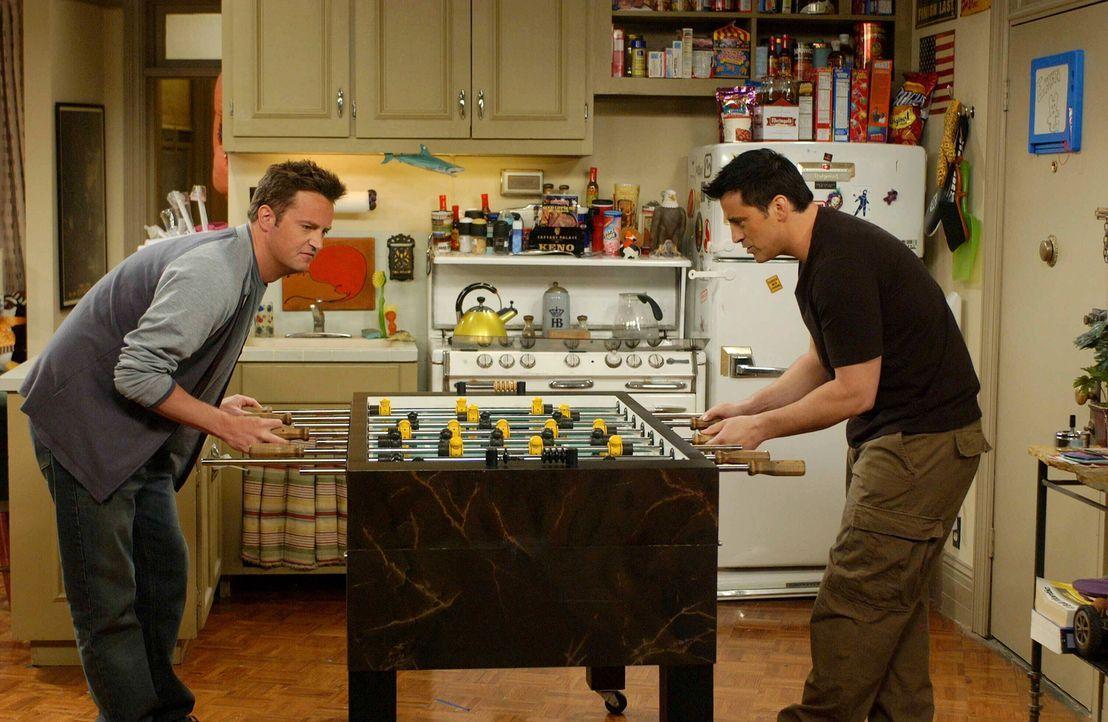 Vertreiben sich die Zeit auf angenehme Weise: Joey (Matt LeBlac, r.) und Chandler (Matthew Perry, l.) ... - Bildquelle: 2003 Warner Brothers International Television