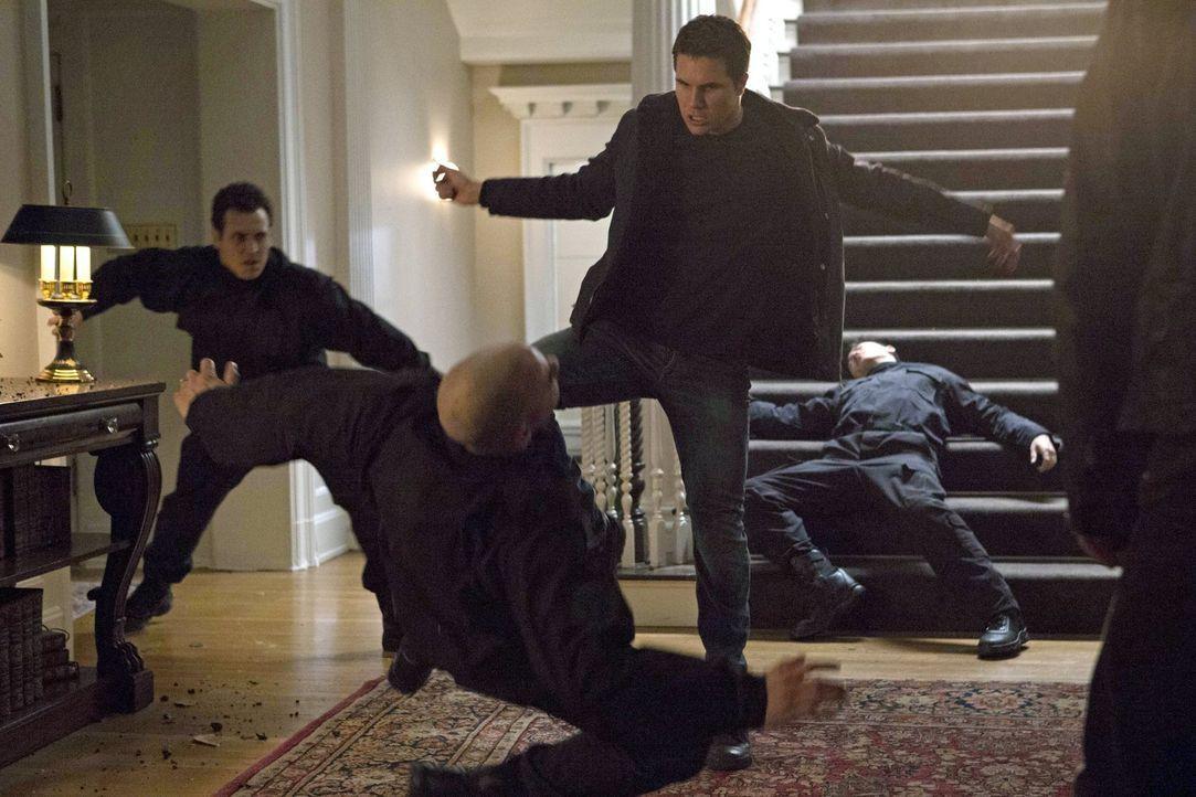 Begibt sich auf eine Selbstmord-Mission: Stephen (Robbie Amell, M.) ... - Bildquelle: Warner Bros. Entertainment, Inc