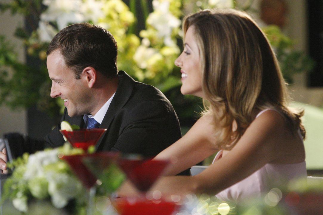 Eli (Jonny Lee Miller, l.) findet heraus, dass Maggies (Julie Gonzalo, r.) Verlobter nicht ganz ehrlich zu ihr ist ... - Bildquelle: Disney - ABC International Television