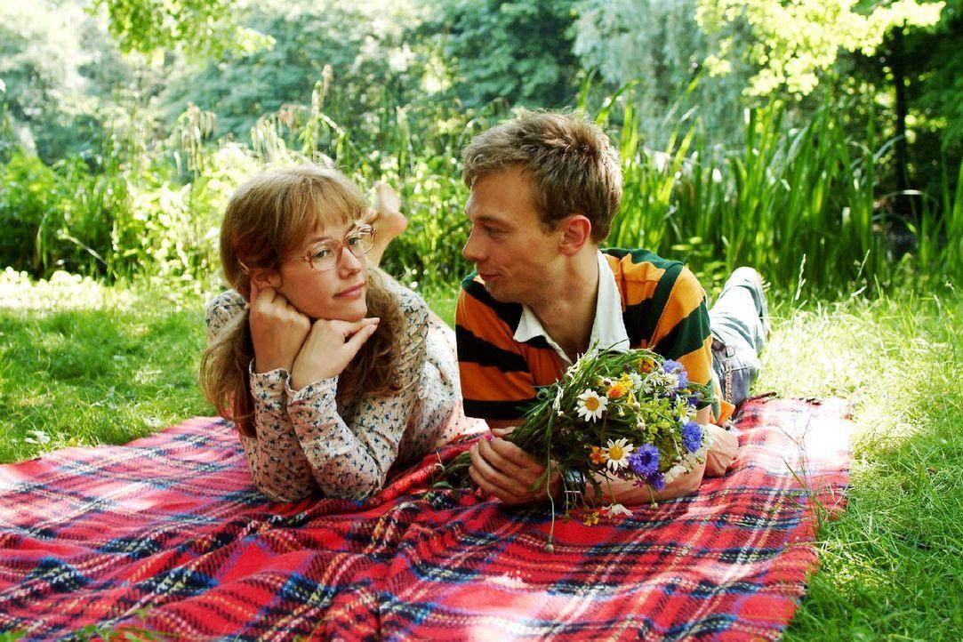 Eigentlich sind sie doch das perfekte Paar. Lisa (Alexandra Neldel, l.) versucht in Jürgen (Oliver Bokern, r.) mehr als nur einen Freund zu sehen .... - Bildquelle: Monika Schürle Sat.1