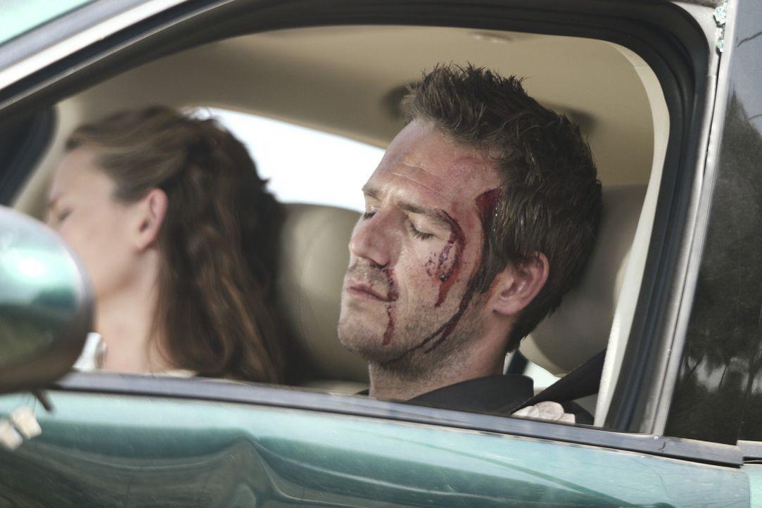 Zurück in Los Angeles, auf der Fahrt nach Santa Barbara will Vaughn (Michael Vartan, r.) Sydney (Jennifer Garner, l.) sein Geheimnis verraten. Gera... - Bildquelle: Touchstone Television