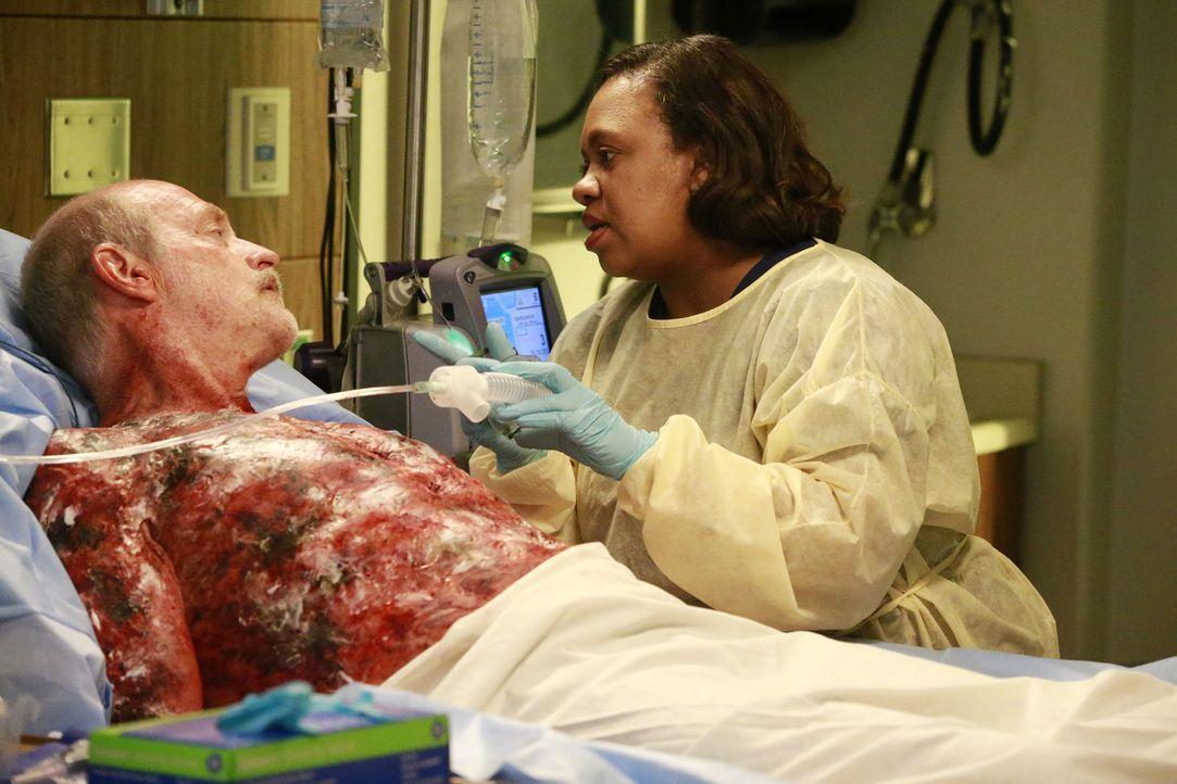 Während die Gerüchteküche im Krankenhaus brodelt, warum Owen so gereizt auf Dr. Nathan Riggs reagiert, kümmert sich Bailey (Chandra Wilson, r.) um C... - Bildquelle: Mitchell Haaseth ABC Studios