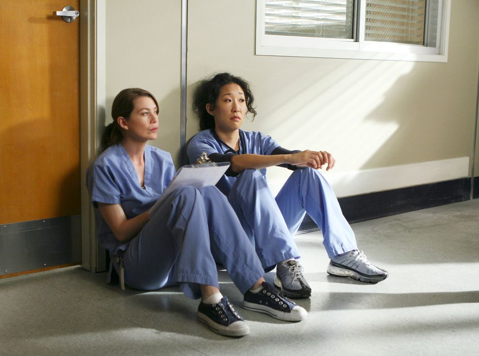 Hatten einen anstrengenden Tag: Meredith (Ellen Pompeo, l.) und Cristina (Sandra Oh, r.) ... - Bildquelle: Touchstone Television