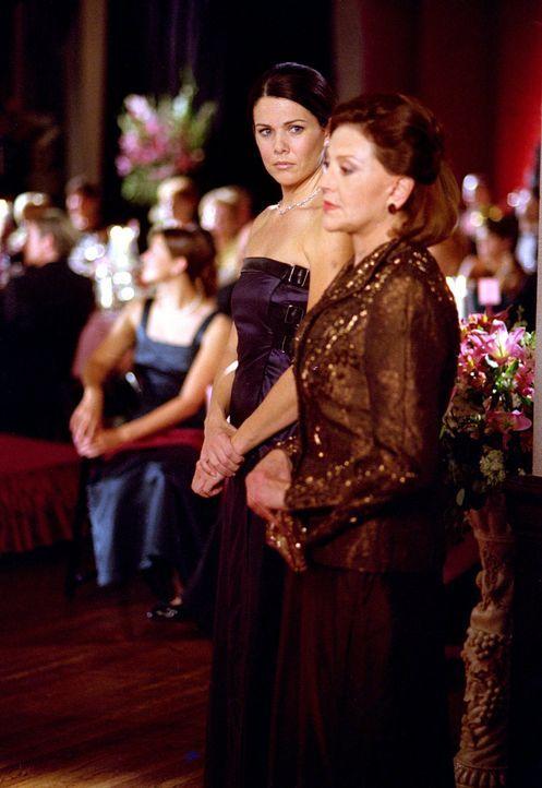 Eigentlich müsste Emily (Kelly Bishop, r.) am Tag des Debütantinnenballs überglücklich sein, denn Rory hat zugestimmt dort teilzunehmen, doch dann e... - Bildquelle: 2001 Warner Bros. Entertainment, Inc.