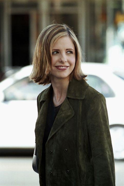 Buffy (Sarah Michelle Gellar) genießt ihr Dasein als unsichtbare Jägerin, nachdem sie von einer Strahlenkanone getroffen wurde. Sie fühlt sich frei... - Bildquelle: TM +   Twentieth Century Fox Film Corporation. All Rights Reserved.