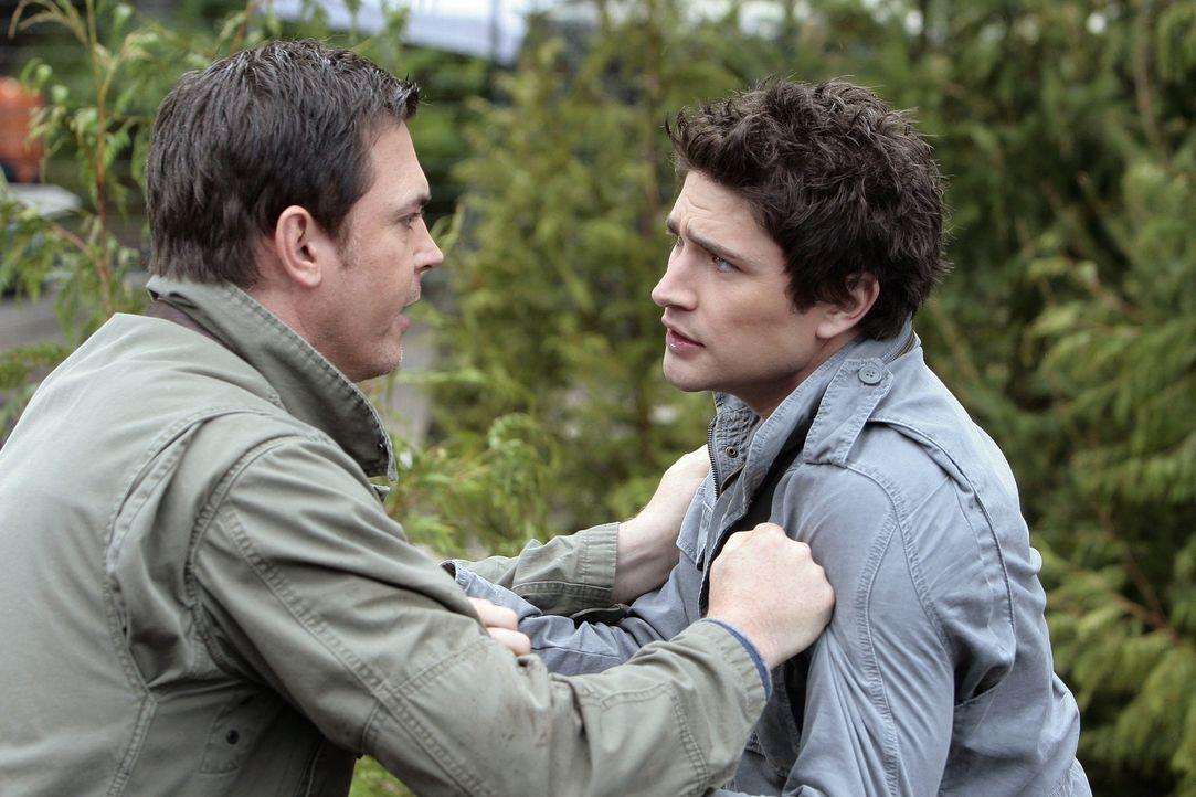 Die beiden sind nicht gut aufeinander zu sprechen: Kyle (Matt Dallas, r.) und Tom Foss (Nicholas Lea, l.) ... - Bildquelle: TOUCHSTONE TELEVISION