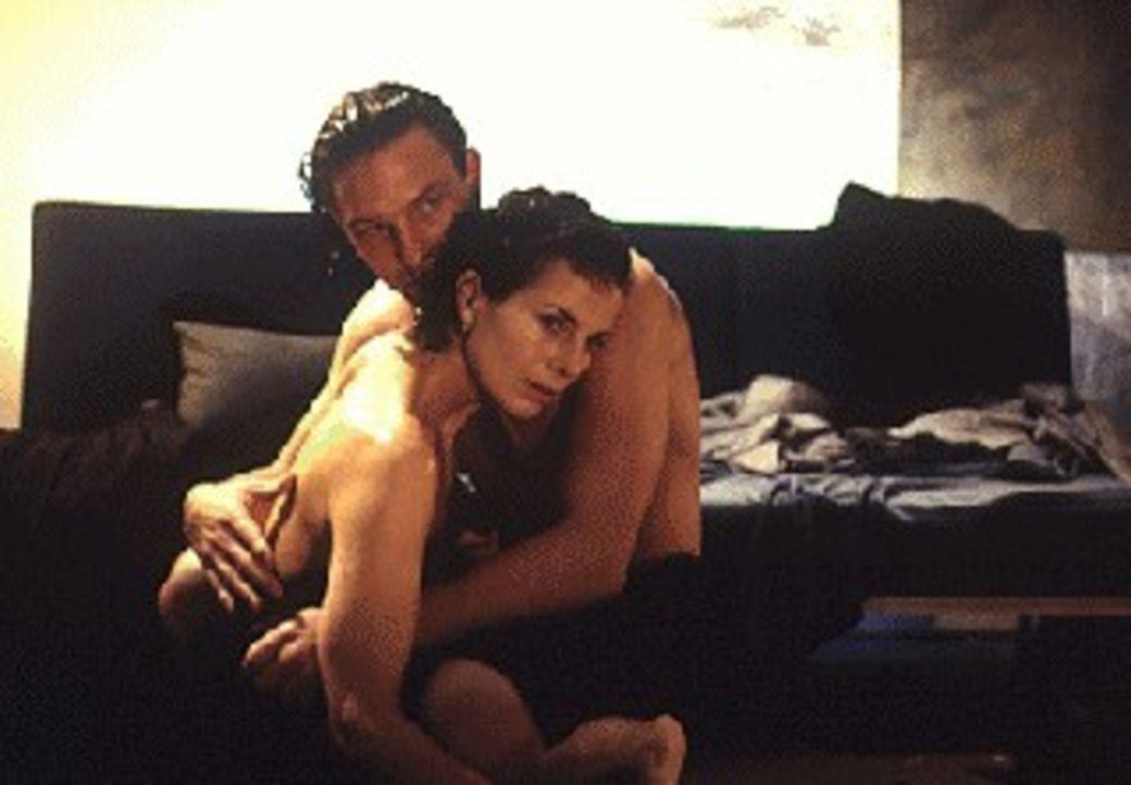 Julia Struck (Gudrun Landgrebe, l.) hat sich Hals über Kopf in die 'Amour-fou' mit Michael Haenning (Thomas Kretschmann, r.), dem Mann ihrer Tochte... - Bildquelle: Sat.1/Zinner