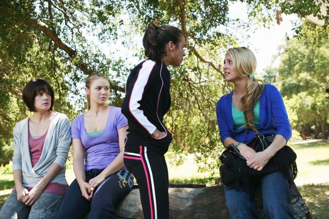 Es kommt zu dramatischen Aussprachen zwischen Emily (Chelsea Hobbs, l.), Payson (Ayla Kell, 2.v.l.), Kylie (Josie Loren, 2.v.r.) und Lauren (Cassie... - Bildquelle: 2009 DISNEY ENTERPRISES, INC. All rights reserved. NO ARCHIVING. NO RESALE.