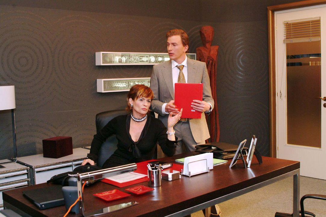 Im Gespräch mit Olaf Kern (Axel Röhrle, r.) wird Sophie (Gabrielle Scharnitzky, l.) klar, dass Lisa schwächelt ... - Bildquelle: Noreen Flynn SAT.1 / Noreen Flynn