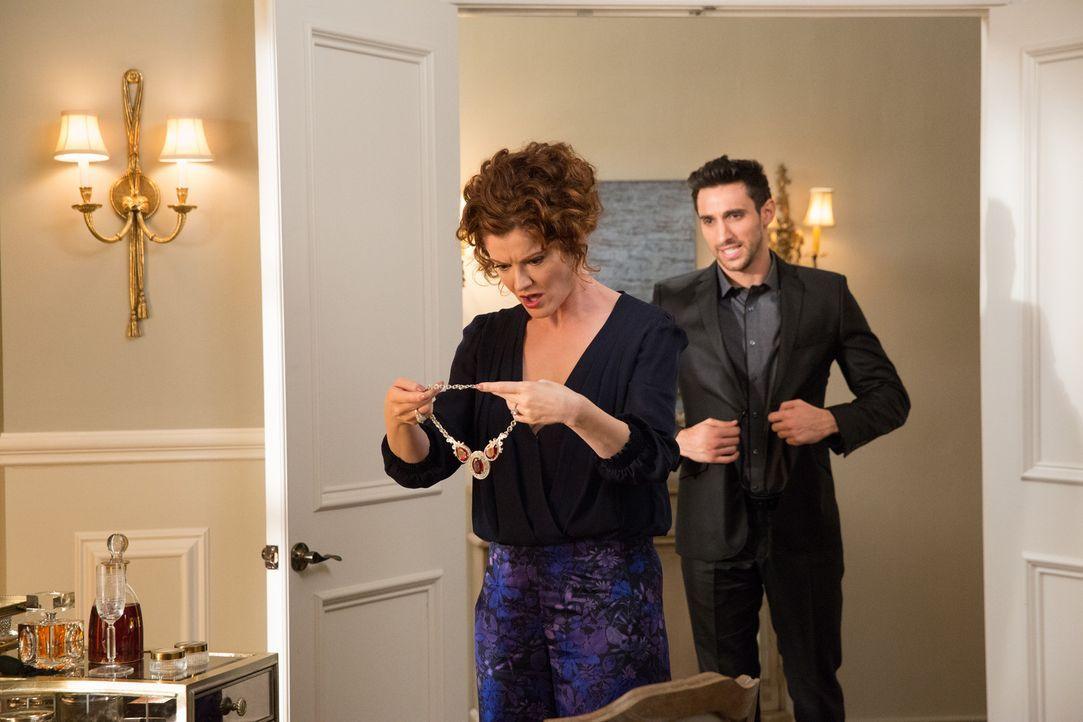 Für seine neue Arbeitgeberin Evelyn (Rebecca Wisocky, l.) schreckt Tony (Dominic Adams, r.) vor nichts zurück ... - Bildquelle: 2014 ABC Studios