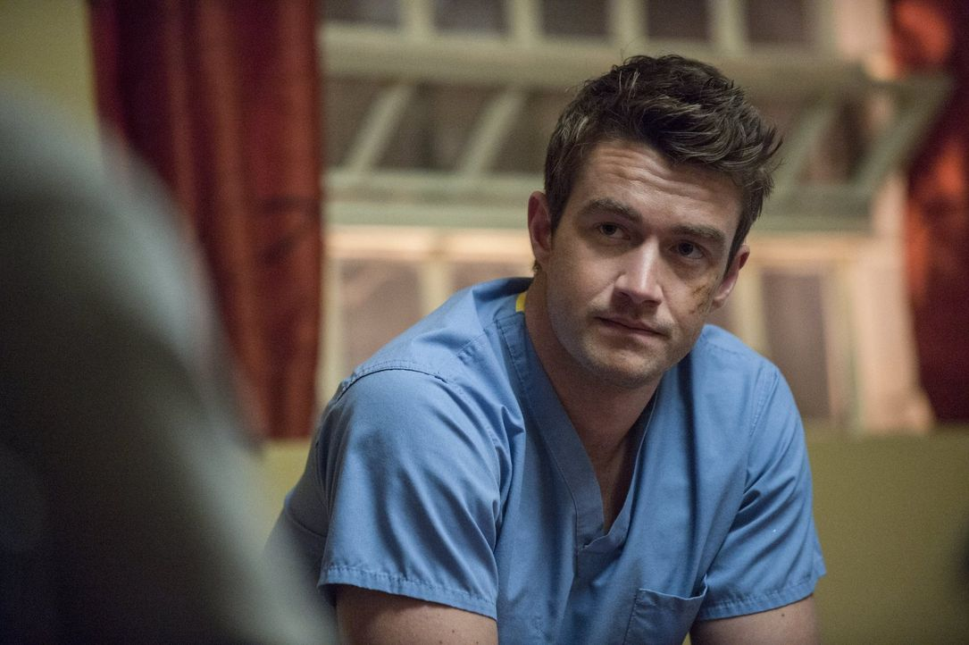 Major (Robert Buckley) zu Liebe macht sich Clive auf die Suche nach Julien Dupont, doch seine Ermittlungsergebnisse sind nicht gerade vielverspreche... - Bildquelle: Warner Brothers
