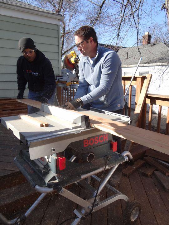 Josh (r.) möchte einen dunklen Kellerraum mit neuen und modernen Holzelementen in einen Wellness-Schlafbereich umwandeln ... - Bildquelle: 2012, DIY Network/Scripps Networks, LLC.  All Rights Reserved