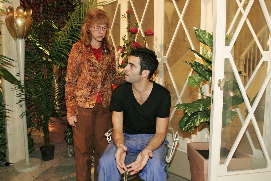 Lisa (Alexandra Neldel, l.) rät David (Mathis Künzler, r.) Mariella von Lauras Unfall zu informieren. Schließlich gehört sie doch auch zur Famil... - Bildquelle: Noreen Flynn Sat.1