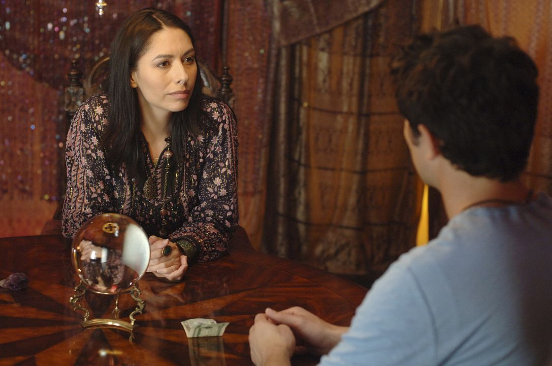 Die Hellseherin (Carmen Moore, l.) hat eine schlechte Nachricht für Klye (Matt Dallas, r.), denn sie sieht, dass seine Seelenverwandte in großer G... - Bildquelle: TOUCHSTONE TELEVISION