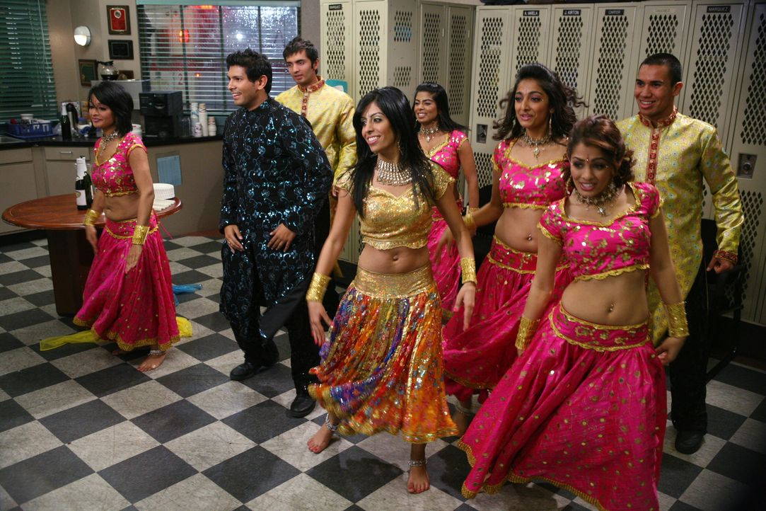 Frank hat sich nicht Lumpen lassen und eine große Abschiedsfeier geplant. Nicht nur indische Tänzer stehen auf dem Plan ... - Bildquelle: Warner Bros. Television