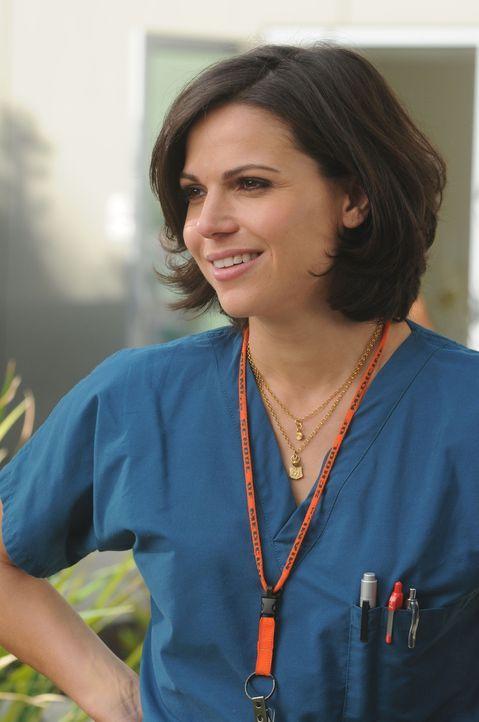 Dr. Zambrano (Lana Parilla) landet nach einer durchzechten Nacht im Bett eines Kollegen, aber weiß nicht, was dann passierte ... - Bildquelle: Warner Brothers