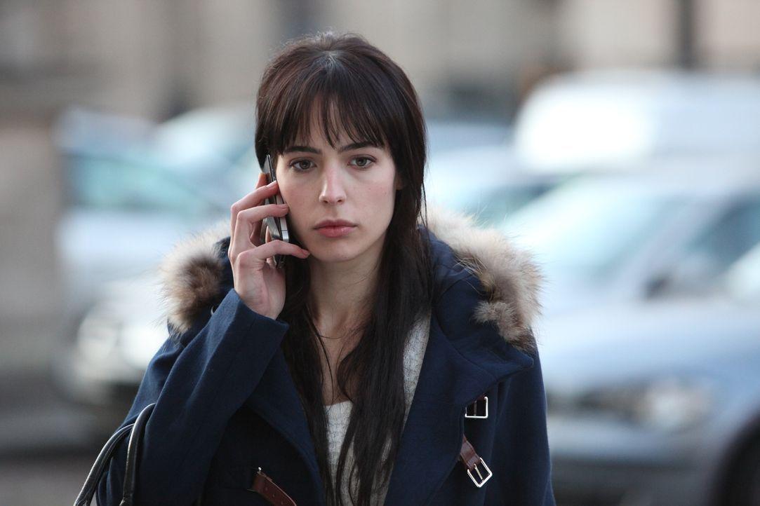 Hat Jeanne Loiseau (Célyne Tolosa) etwas mit dem Mord an einem jungen Kellner zu tun? - Bildquelle: Xavier Cantat 2011 BEAUBOURG AUDIOVISUEL