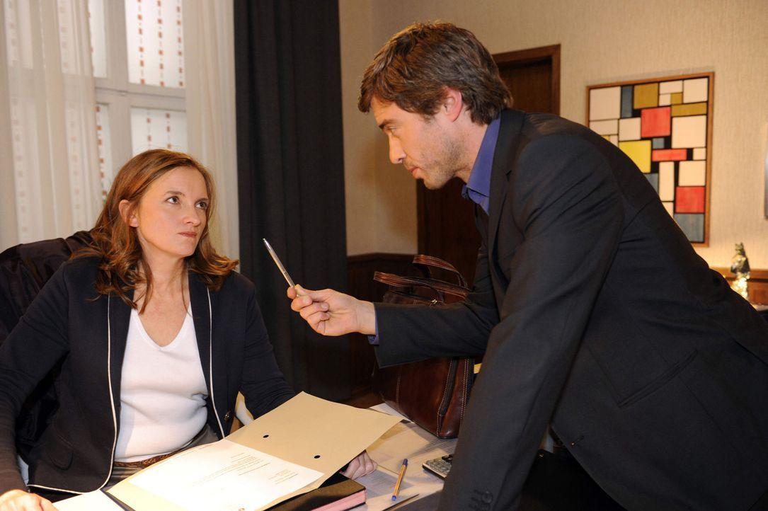 Julian (Sebastina Hölz, r.) droht Gabriele (Marie Schneider, l.) unverhohlen und legt ihr Nahe, den Posten zu räumen ... - Bildquelle: SAT.1