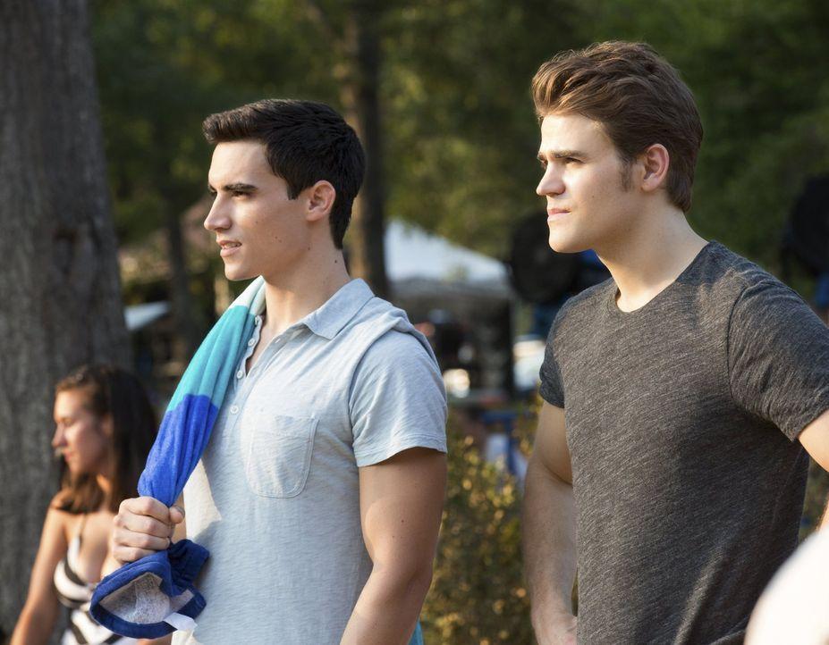 Die Party am See hält für Liam (Marco James, l.) und Stefan (Paul Wesley, r.) einige Überraschungen bereit ... - Bildquelle: Warner Bros. Entertainment, Inc
