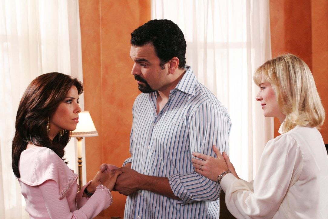 Als Gabrielle (Eva Logoria, l.) erfährt, dass Carlos (Ricardo Antonio Chavira, M.) gemeinsam mit Schwester Mary (Melinda Page Hamilton, r.) nach Bot... - Bildquelle: 2005 Touchstone Television  All Rights Reserved