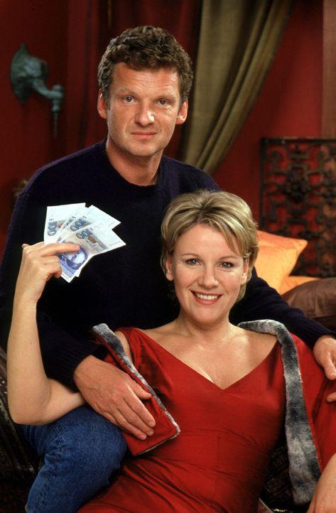 """Helen (Mariele Millowitsch, r.) will es wissen: Mit dem """"gefundenen"""" Geld kauft sie sich Maurice (Gabriel Barylli, l.) alias Christian. - Bildquelle: Sat.1"""