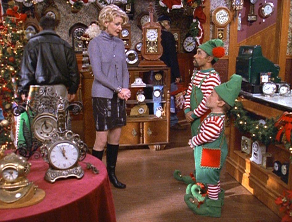 Zelda (Beth Broderick, 2.v.l.) fordert die zwei Zwerge Powell (Ed Gale, 2.v.r.) und Pressburger (Dana Woods, r.) als Aushilfen für ihr Uhrengeschä... - Bildquelle: Paramount Pictures