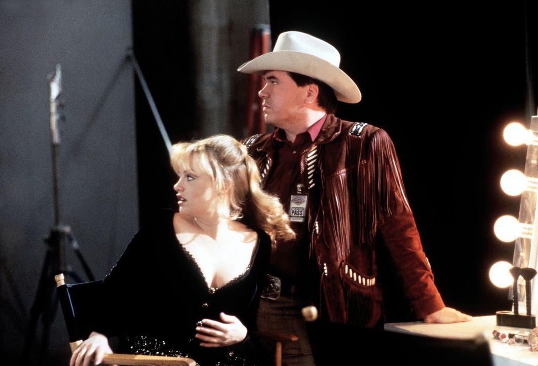 Der Countrysänger Dusty (W. Earl Brown, r.) beruhigt die Songschreiberin Laura Manning (Jaime Nicole Dudney, l.), deren Freund ermordet wurde. - Bildquelle: Viacom