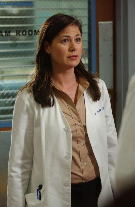Abby (Maura Tierney) ist skeptisch, was die Operation bei Mr. Rubadoux angeht ... - Bildquelle: WARNER BROS