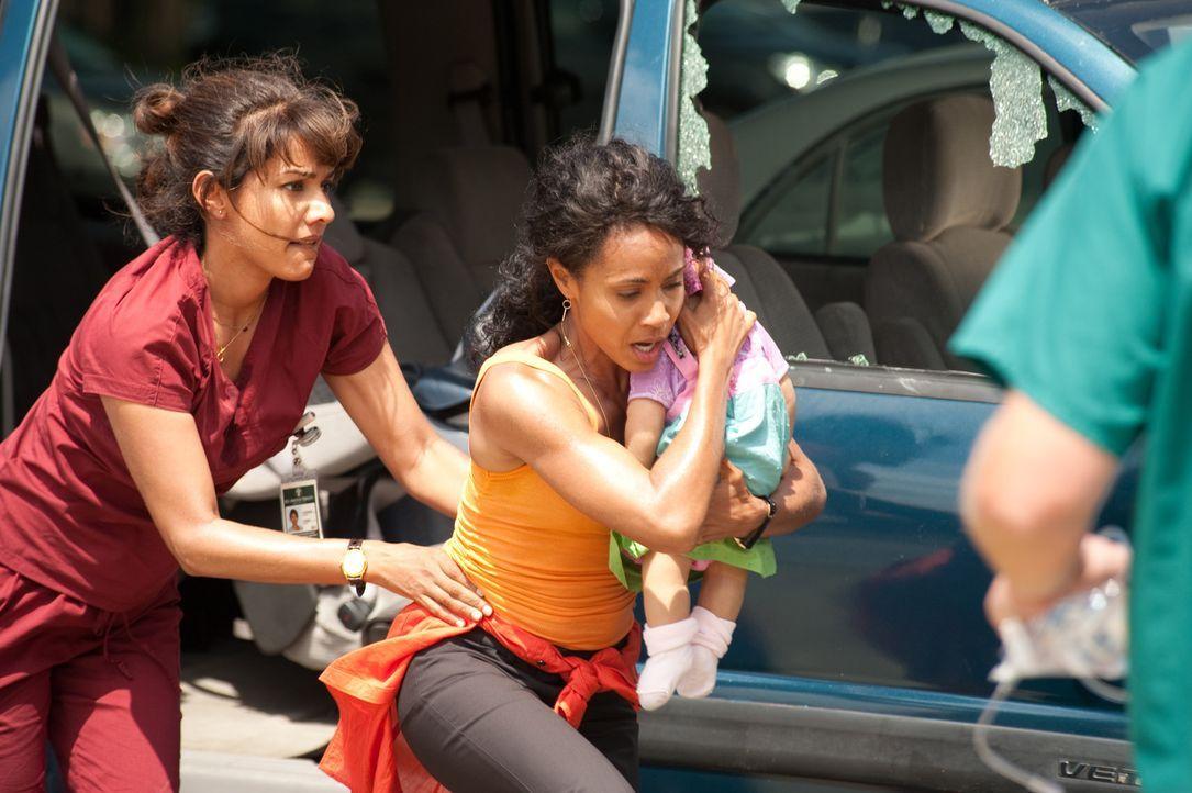 Bobbie (Suleka Mathew, l.) und Christina (Jade Pinkett Smith, M.) geben alles, um einem Baby das Leben zu retten. Doch wird es ihnen gelingen? - Bildquelle: Sony 2009 CPT Holdings, Inc. All Rights Reserved