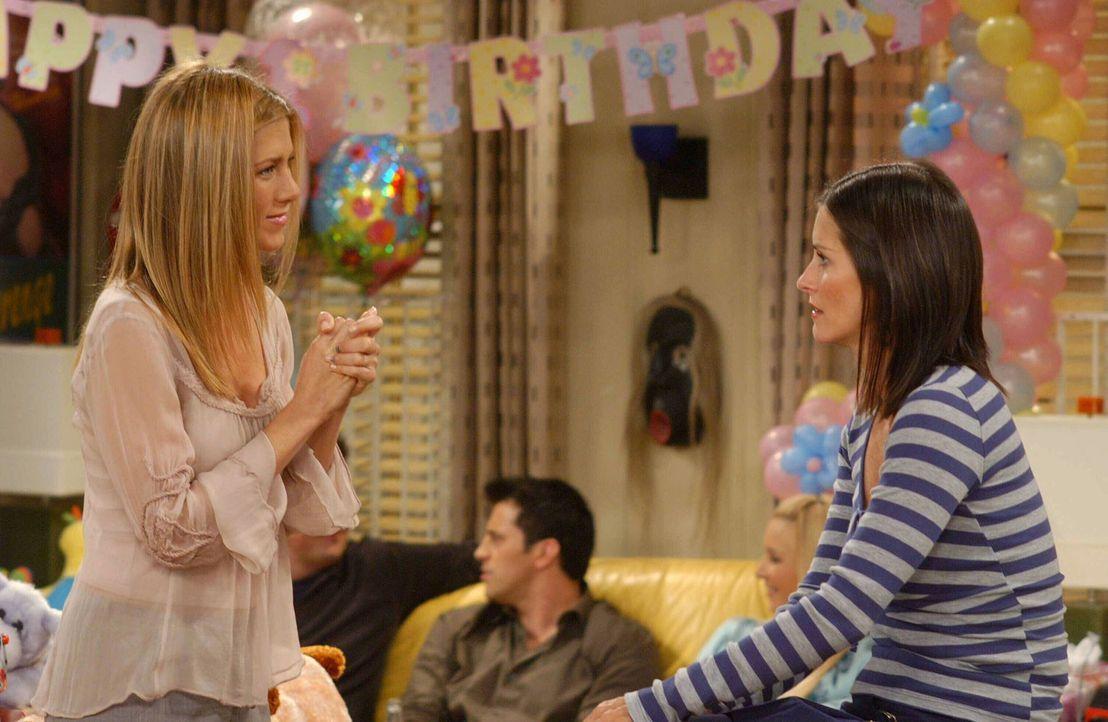 Rachel (Jennifer Aniston, l.) freut sich, dass Monica (Courteney Cox, r.) und Chandler ihren Wochenendtrip verlegt haben und doch noch zu Emmas Part... - Bildquelle: 2003 Warner Brothers International Television