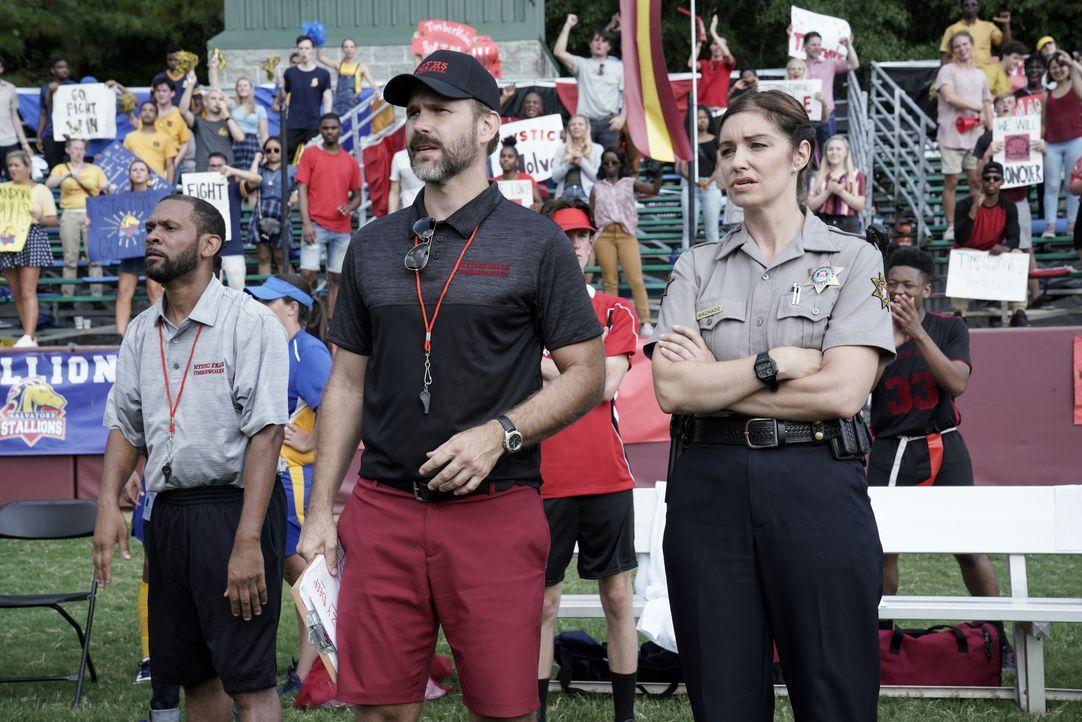 Alaric Saltzman (Matt Davis, l.); Sheriff Machado (Bianca Kajilich, r.) - Bildquelle: Jace Downs 2020 Warner Bros Entertainment Inc. All rights reserved. / Jace Downs