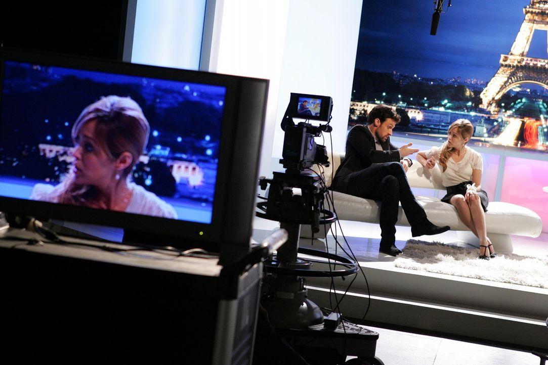 Taylor (Autumn Reeser, r.) nimmt mit Henri-Michel (Henri Lubatti, l.) an einer französischen Literatursendung teil. Ryan schaut von Außen zu und i... - Bildquelle: Warner Bros. Television