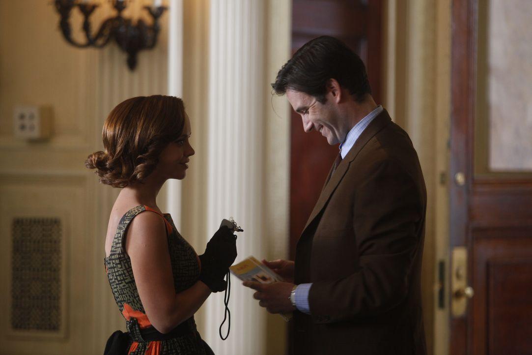 Mit allen Mitteln versucht Maggie (Christina Ricci, l.) dem Präsidenten John F. Kennedy so nahe wie möglich zu sein und schmeichelt sich bei Journ... - Bildquelle: 2011 Sony Pictures Television Inc.  All Rights Reserved.