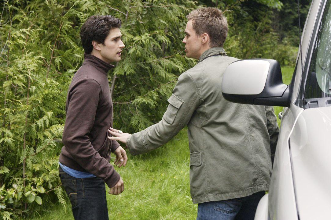 Auf der Suche nach Hinweisen: Declan (Chris Olivero, r.) und Kyle (Matt Dallas, l.) ... - Bildquelle: TOUCHSTONE TELEVISION